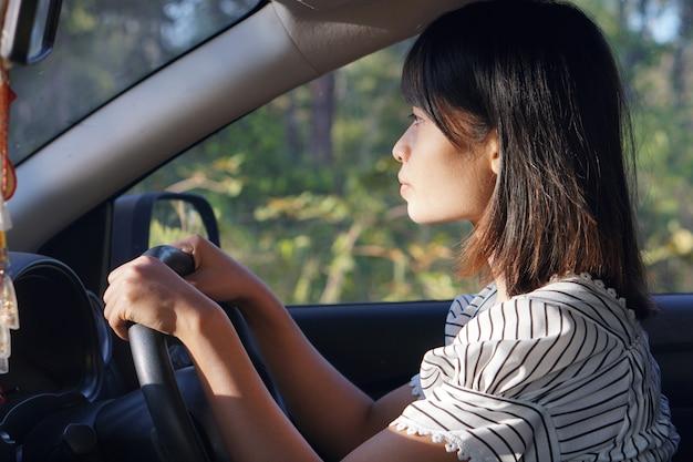 Азиатская женщина за рулем автомобиля