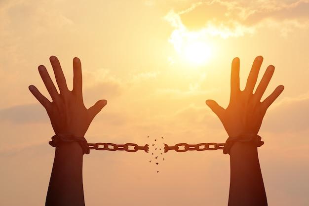 人間の手の鎖は欠けている。自由になる