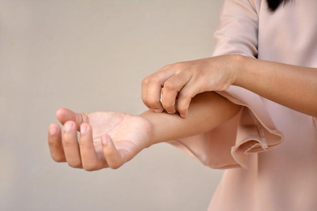 Женщина с проблемой зудящей кожи