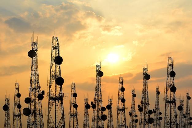 Силуэт спутниковая тарелка телекоммуникационная сеть