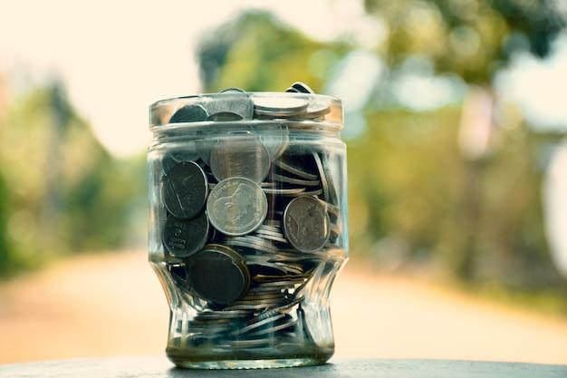 Деньги в чаше на столе.