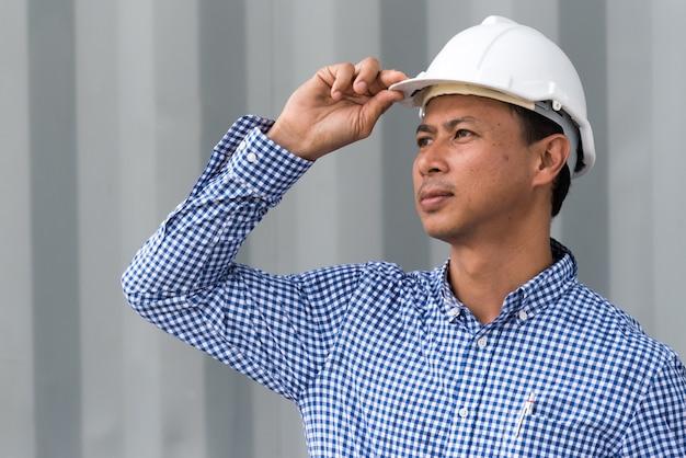 Строитель строительного строителя на строительной площадке