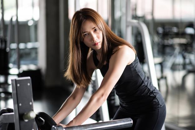 ダンベルのトレーニング演習でフィットネス女性。