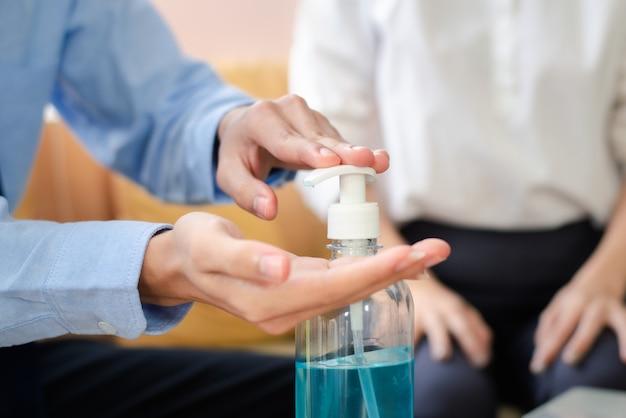 消毒剤抗ウイルス細菌のアルコールゲルを使用して手のクローズアップ。