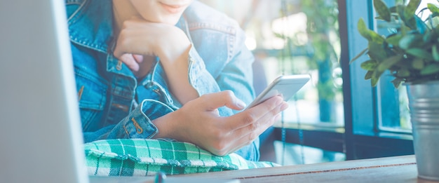 Рука женщины используют мобильные телефоны