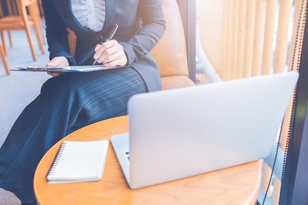 ビジネスウーマンは、オフィスのコンピューターを使って働いています。