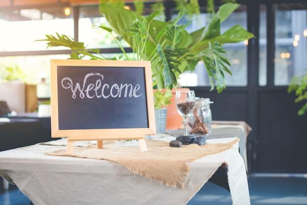 Знак доски с приветственным сообщением в кафе