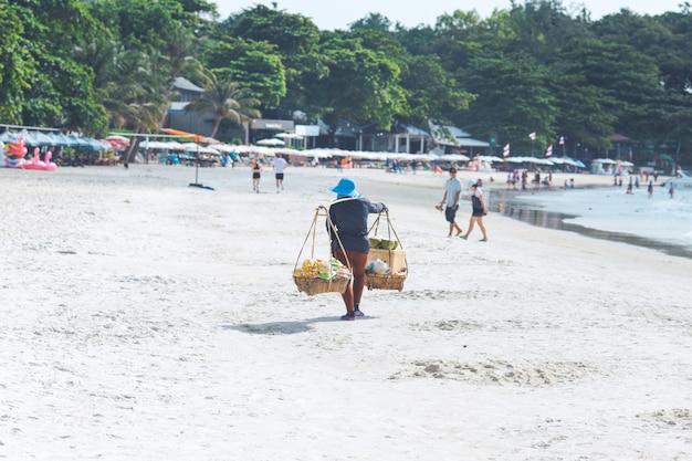 Пляжный торговец в ко самет, таиланд, еда на улице.
