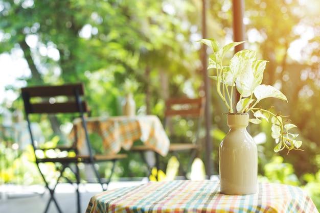 花瓶、木製のコーヒーテーブルの背景。