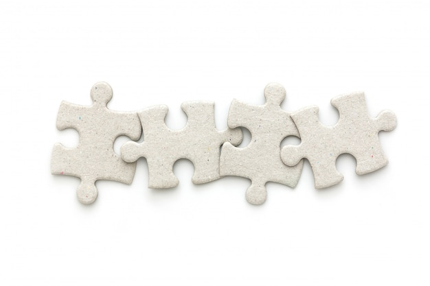 白い背景の上のパズルのジグソーパズルのトップビュー