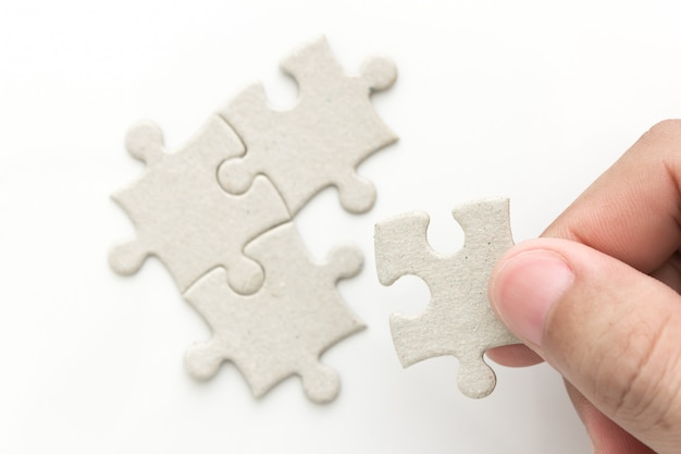 最後のパズルを持っている手
