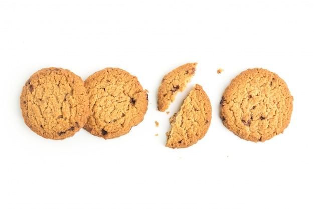 トップビューで白い背景の上の自家製クッキー