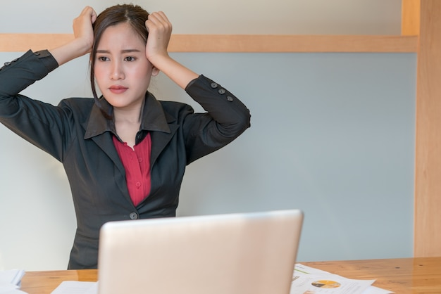 仕事からストレスを感じる若いアジアのビジネス女性の肖像画
