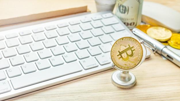 Валюта биткойн на офисном столе для бизнес-контента.