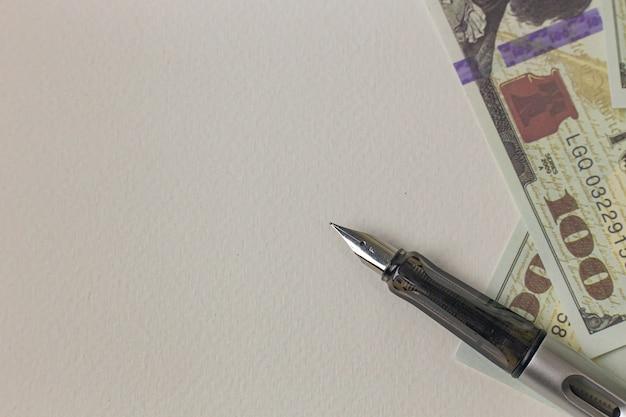 Изображение ручки и банкнот для концепции дела.