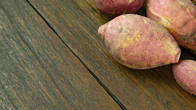 食品のコンセプトの木製テーブルにキャッサバ。