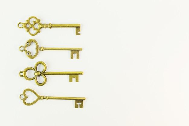 Старинный золотой ключ на белом фоне.