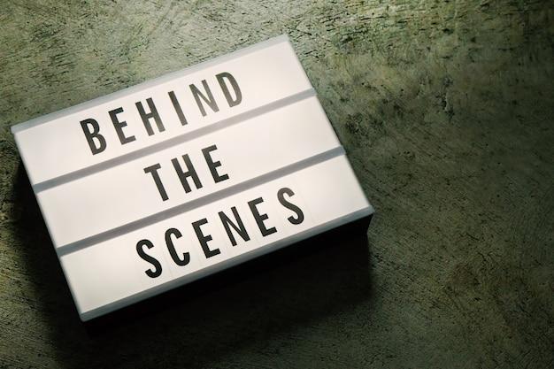 ダークトーンの映画コンテンツの映画館のライトボックス。