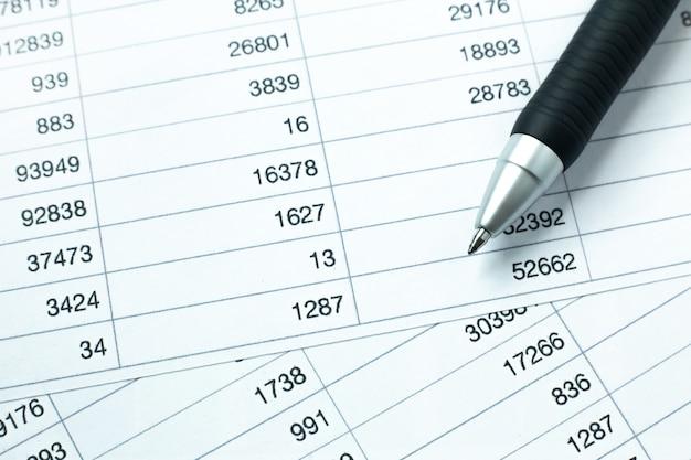 ビジネスコンテンツの作業テーブルの上のペン。