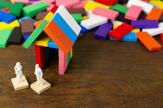 ドミノマルチカラーは木のテーブルの上に家を建てます。