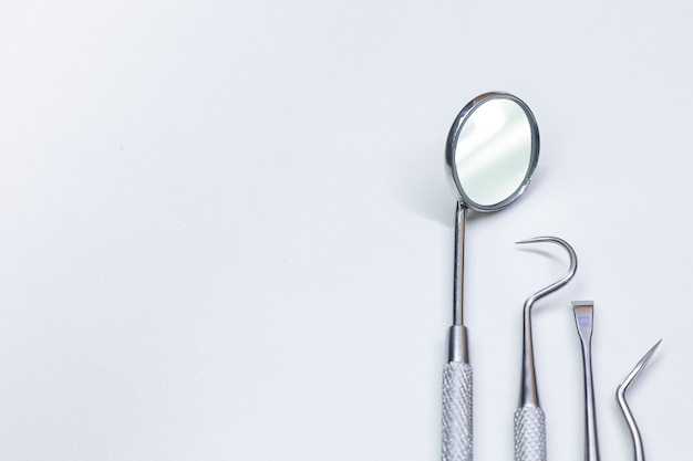 Стоматологическое оборудование на белом фоне крупным планом.