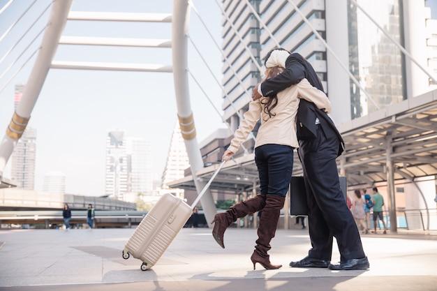 Влюбленная пара обниматься в терминале аэропорта.