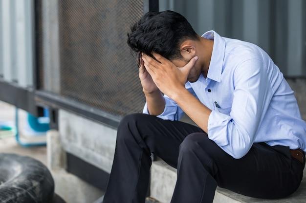 悲しい、人生で落胆したアジア系のビジネスマン