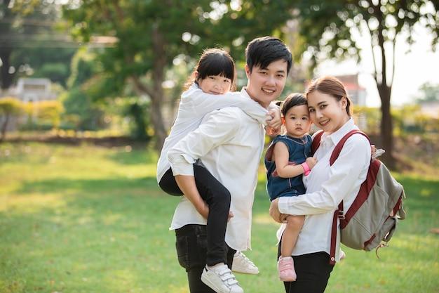アジアの家族の肖像画、幸せな人々と公園で笑顔