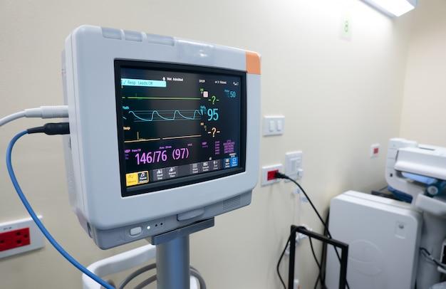 Монитор сердечного ритма в палате, медицинский монитор, отображающий показатели жизненно важных функций