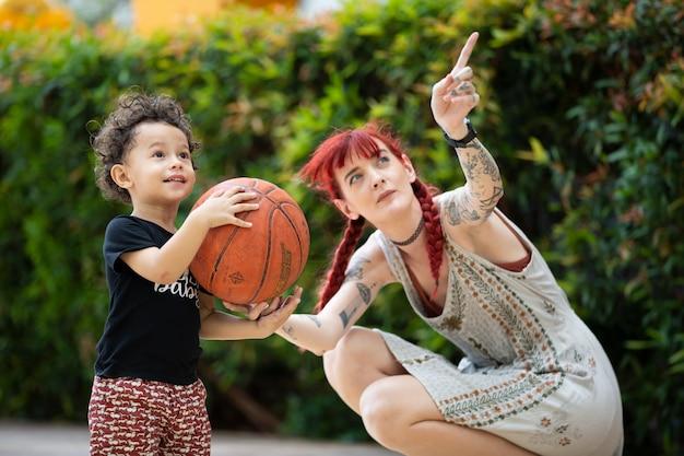 男の子の子供と母親が一緒に遊んで、母の日のコンセプト