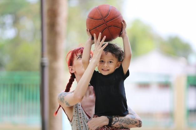 子供の男の子と母親が屋外、母の日のコンセプトで一緒に遊んで