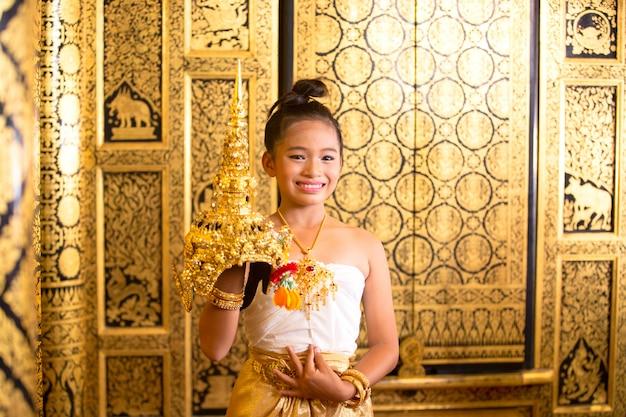 タイの伝統的なドレス。幼い俳優はタイの古代舞踊を実行しますタイの古典舞踊の芸術