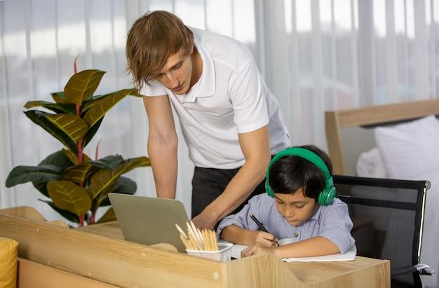 彼の息子の数学を教える思いやりのある父親のビューを閉じた。