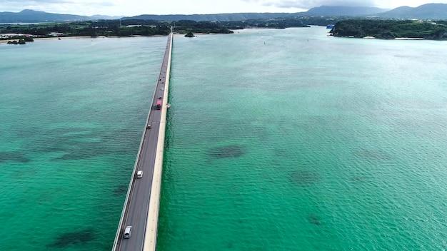 海と島を渡る道路上の空撮
