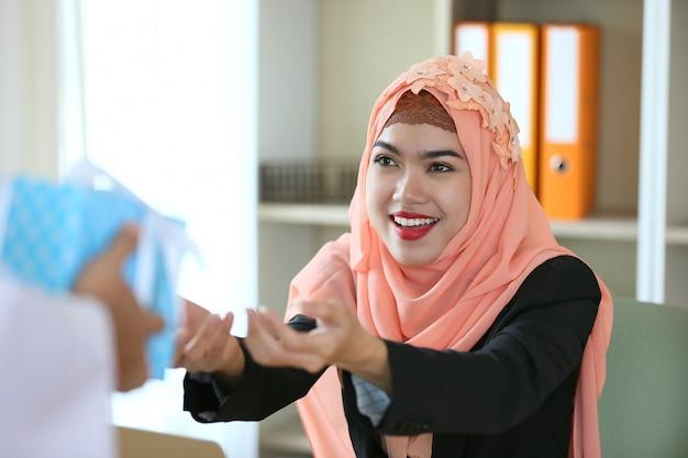 イスラム教徒の女性は現在の贈り物を得る
