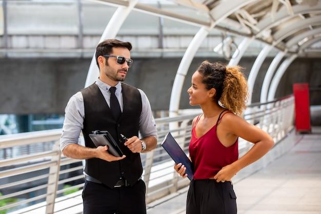 ビジネスの人々は友情日のために互いに話し合う
