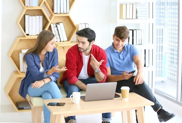 スタートアップオフィスで働く創造的なビジネス人々