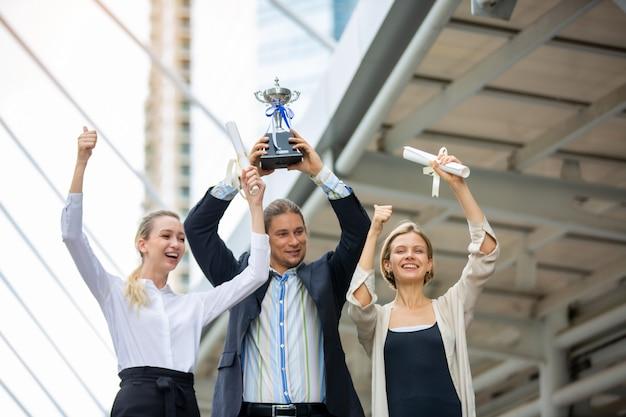 ビジネスの人々が成功を祝う