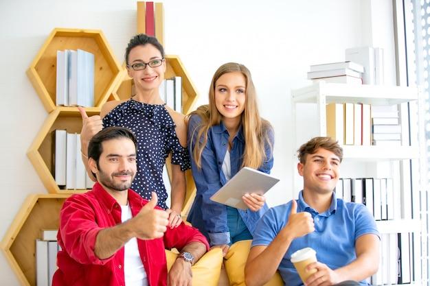 で働く創造的なビジネスの人々は、オフィス、現代の創造的なデザインワーカーコンセプト、カジュアルなスーツの話とブレーンストーミングでアジアと多民族のビジネス人々のグループを開始します。