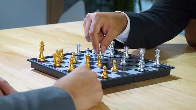 テーブルの上のチェス盤と手のクローズアップ