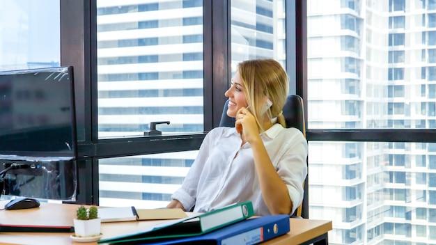 オフィスで考えて働いているビジネス女性の率直な肖像画