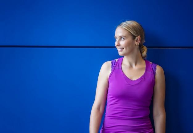 スポーツウェアと陽気な女性の肖像画