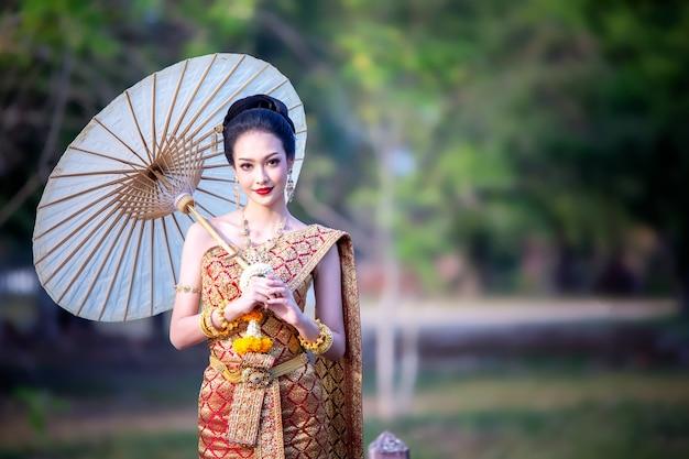 タイの伝統衣装の女性