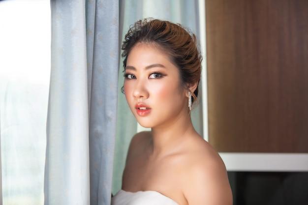 Красивая молодая женщина с чистой свежей кожей соприкасается с собственным лицом уход за лицом косметология красоты и спа