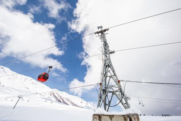 雪の山の上のスキーケーブル