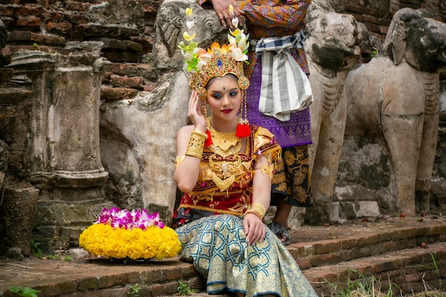 バリの伝統的な服で笑顔の若い女性の肖像画