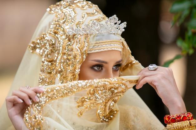インドネシアのウェディングドレスの女性