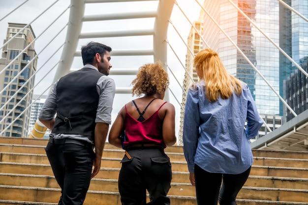 Деловые люди обсуждают во время прогулки по пешеходному мосту