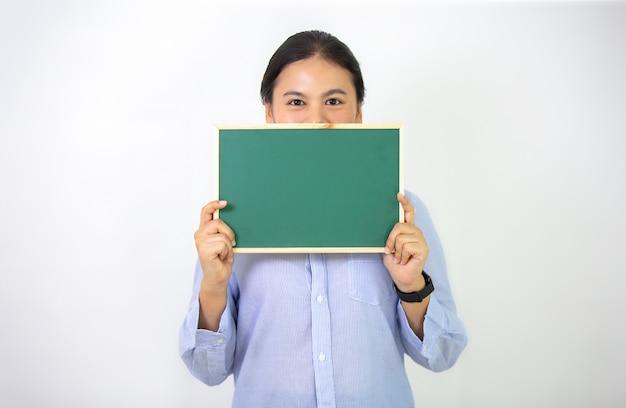 女性はメッセージカードボードを表示します