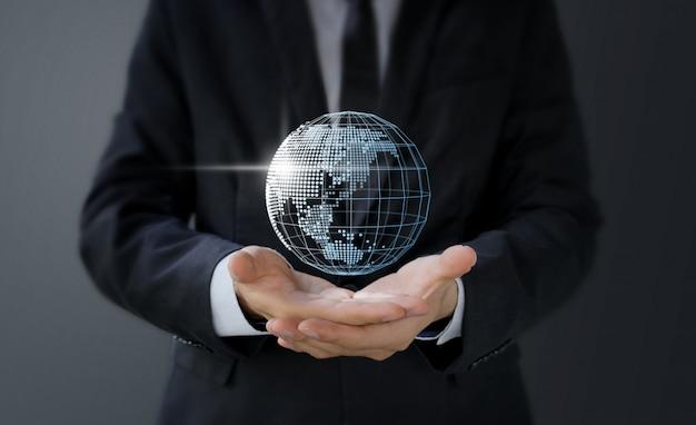 Бизнесмен, держа в руке цифровую карту мира